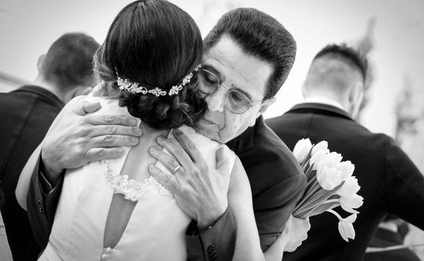 un abbraccio sinvero vero nel giorno del matrimonio. Wedding photographer
